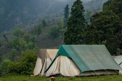 Drie tenten op een rij.