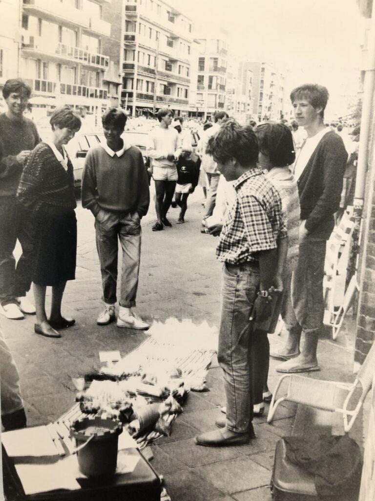 Verkoop van zakjes zand op een rommelmarkt in Nieuwpoort in augustus 1984.
