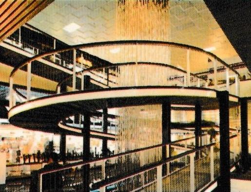 Optische waterval in wandelspiraal in het interieur van Westland Shopping Center (Anderlecht) in de jaren 1970-1980.